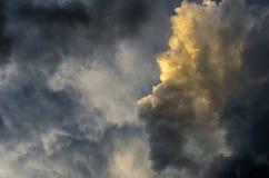 Ciel dramatique de coucher du soleil avec les nuages colorés après orage Photo stock