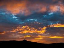 Ciel dramatique de coucher du soleil avec les nuages lumineux Photographie stock libre de droits