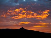 Ciel dramatique de coucher du soleil avec les nuages lumineux Image stock