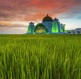 Ciel dramatique de longue exposition et mosquée rouge de Selat Malacca de coucher du soleil Ainsi Photographie stock libre de droits