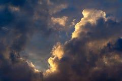 Ciel dramatique de matin avec des nuages de pluie Photos libres de droits
