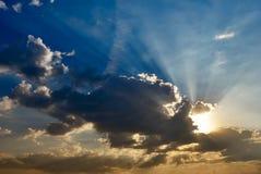 Ciel dramatique de matin avec rayons de soleil Images libres de droits