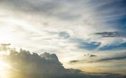 Ciel dramatique et lumière du soleil au foyer mou Photo stock