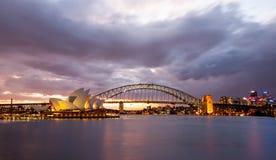 Ciel dramatique et Sydney Opera House Image stock