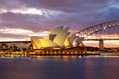 Ciel dramatique et Sydney Opera House Images libres de droits