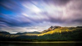 Ciel dramatique sur la gamme de montagne en Colombie-Britannique, Canada photo stock