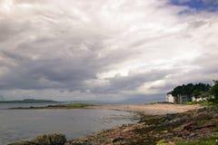 Ciel dramatique sur une belle plage photos stock