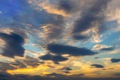 Ciel dramatique vibrant coloré avec l'orange aux couleurs bleues de nuages Temps de coucher du soleil Beau fond de nature image libre de droits