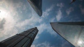 Ciel du centre de bâtiments de dessus de toit de jour de Changhaï vers le haut de porcelaine de laps de temps de la vue 4k banque de vidéos