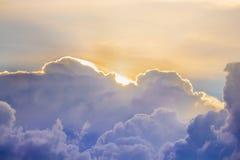 Ciel en ciel bleu et orange d'ensemble du soleil de ton photo stock