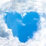 Ciel en forme de coeur par le nuage Image stock