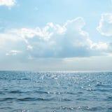 Ciel ensoleillé au-dessus de mer Photo stock