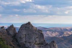 Ciel ensoleillé et montagnes de plage rocheuse Photo stock