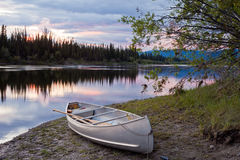 Ciel et canoë de coucher du soleil au fleuve Yukon Canada de Teslin Images libres de droits