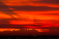 Ciel et cloudscape rouges au-dessus d'aéroport Photos libres de droits