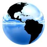Ciel et eau se reflétants de la terre de chrome Photographie stock libre de droits