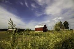 Ciel et grange dramatiques au Michigan occidental photographie stock