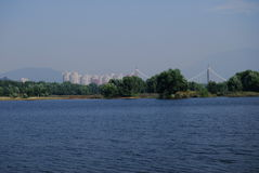 Ciel et lac, ville Photos stock