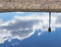 Ciel et lampadaire reflétés dans l'eau Photo libre de droits