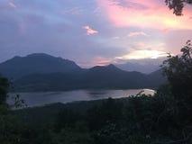 Ciel et les montagnes l de lac photo libre de droits