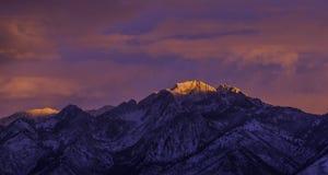 Ciel et lumière roses sur la montagne photographie stock libre de droits