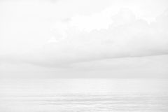 Ciel et mer blancs Photo stock