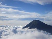 Ciel et montagne de nuage images libres de droits