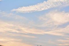 Ciel et nuage, ciel bleu d'espace libre avec le nuage blanc simple avec l'espace Image stock
