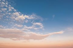 Ciel et nuage dans des couleurs lumineuses d'arc-en-ciel et ciel lisse coloré dans le crépuscule image libre de droits