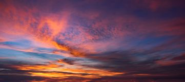Ciel et nuage dans l'aube photos libres de droits