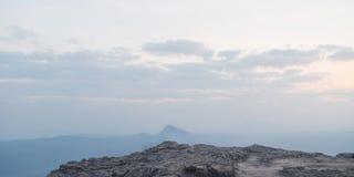Ciel et nuage et falaise sur des milieux Photo stock