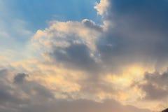 Ciel et nuages au coucher du soleil Photos stock