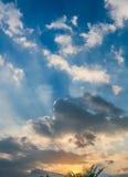 Ciel et nuages au coucher du soleil Images libres de droits