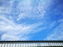 Ciel et nuages au-dessus de toit Images libres de droits