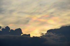 Ciel et nuages avec le fond d'arc-en-ciel Photographie stock libre de droits