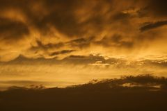 Ciel et nuages d'or de coucher du soleil. Photo libre de droits