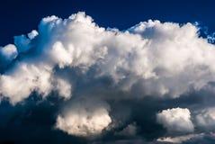 Ciel et nuages dramatiques au coucher du soleil Image libre de droits