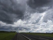 Ciel et nuages foncés Photographie stock