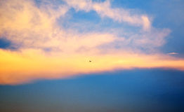 Ciel et nuages jaunes le soir Image stock