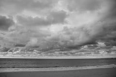 Ciel et nuages noirs et blancs Image libre de droits