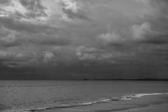 Ciel et nuages noirs et blancs Photographie stock