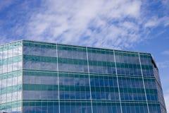 Ciel et nuages sur la construction rayée verte Photos libres de droits