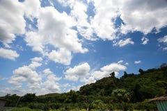 Ciel et nuageux bleus Photo libre de droits