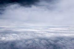 Ciel et nuageux bleus dans le jour de soleil Photos stock
