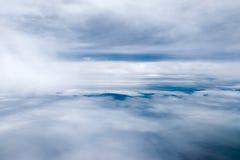 Ciel et nuageux bleus dans le jour de soleil Image libre de droits