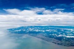 Ciel et nuageux bleus dans le jour de soleil Photographie stock libre de droits