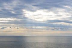 Ciel et océan au début de la matinée Image libre de droits