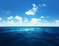 Ciel et océan parfaits photographie stock