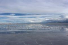 Ciel et réflexion au-dessus du sel d'Uyuni plat photographie stock libre de droits