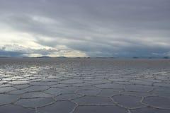 Ciel et réflexion au-dessus du sel d'Uyuni plat image libre de droits